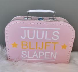 licht roze koffertje met naam van tv programma 'chantal blijft slapen'