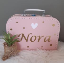Koffertje met naam, hartje en dots met knuffeldoekje beer meisje
