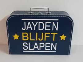 donker blauw koffertje met naam van tv programma 'chantal blijft slapen'