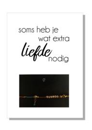 kaart  + envelop + postzegel 'SOMS HEB JE WAT EXTRA LIEFDE NODIG'