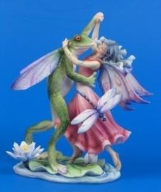 Elfje met kikker dansend op lotusblad