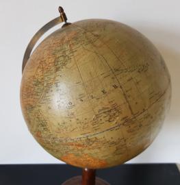 Antieke Globe op houten voet, 1921.
