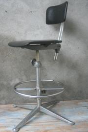 Friso Kramer  Tekentafelstoel met voetsteun  (Ahrend de Cirkel)