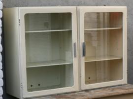 Piet Zwart hangende vitrinekastjes