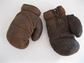 Paar oude bokshandschoenen.