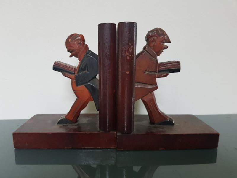 Boekensteunen, lezende mannetjes.