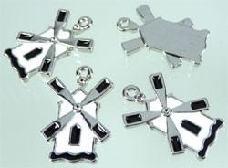090254 Metaal hanger molen met epoxy ± 29x20mm zwart/wit
