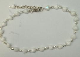 Enkelbandje witte hartjes tsjechisch glas 210268