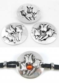 090947 Metalen gespen/tussenzetsels rond bewerkt met tulpen en kastje voor ± 5,5mm plaksteen ± 34mm (gat ± 3,8mm) (Oudzilverkleur)