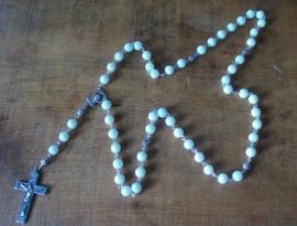 210110 Rozenkrans wit glas 8 mm en groot kruis, Trend