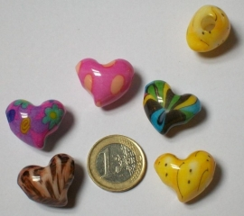 190009 kunststof harten in diverse kleuren 24x20mm met 5 mm groot gat per 5 stuks
