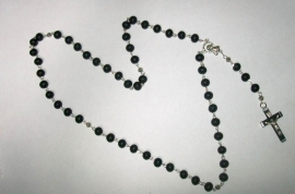 210155 rozenkrans met zwarte houten kralen, crucifix en zilver-metaal.