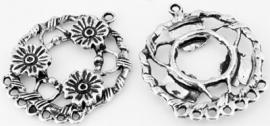 090747 Metaal hanger/tussenzetsel rond bewerkt met bloemen en met oogjes ± 41x35mm (Oudzilverkleur)