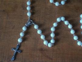 210109 rozenkrans glaskralen wit 8 mm en zilveren crucifix 3,5 cm.