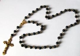 210128 Rozenkrans zwart glas 8 mm met gouden crucifix.