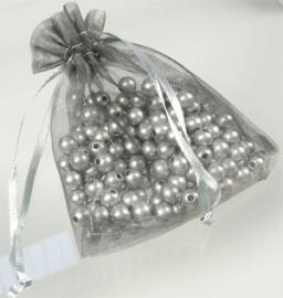 100038 Mooi geschenkzakjes van organza in de kleur zilvergrijs afm. 10 x 9 cm