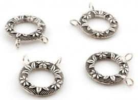 091036 Metalen hangers/tussenzetsels/ringen met 2 oogjes, bewerkt met bloemen ± 27x25mm  (geschikt voor brillenkoordjes)