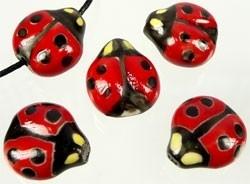 Porselein lieveheersbeestje ± 16x15mm rood