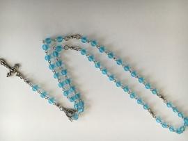 210135 Rozenkrans ketting van licht aqua blauwe  tsjechische glaskralen 6mm.