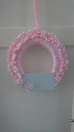 Strikjes met naambordje krans roze wit
