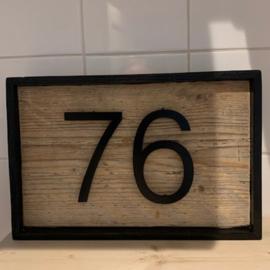 Huisnummer Zwart gepoedercoat met steigerhouten achterbord