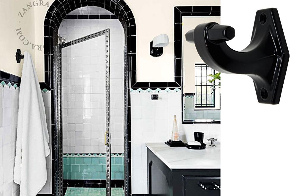 bathroom.010.b zwart porselein kleding haak zangra 19toen sfeer..jpg