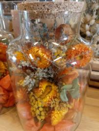 stopfles met oranje droogbloemen