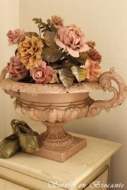 Antieke vaas met boeket van zinken bladeren en biscuit bloemen SOLD
