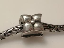 Zilveren bloem bedel