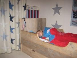 Fam De Boer - Kinderbed met opberglade en zijplank van oud steigerhout