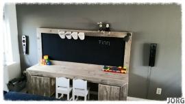 Kinderspeeltafel met krijtbord van oud of nieuw steigerhout