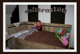 Moniek van Dijk - bedbank/bedstede met matraslade van oud steigerhout