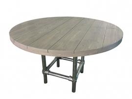 Tafel van steigerhout in de kleur greywash rond model met steigerbuis