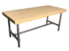 Tafel gemaakt met een blad van nieuw steigerhout en een onderstel van steigerbuis afm L110xB90cm (voorraad magazijn artikel)