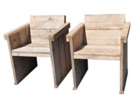 Eettafel stoel met een schuine rug leuning van oud gebruikt steigerhout
