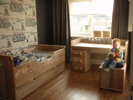 Fam. Mulder - bed van oud steigerhout - bureautafel met opstaande rand - nachtkastje