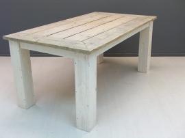 Tafelblad van oud steigerhout en wit onderstel