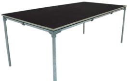 Tafel gemaakt met een blad van betonmultiplex en een onderstel van steigerbuis afm: L150xB75cm (voorraad magazijn artikel)