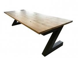 Industriële tafel met een rustiek eiken blad en een stalen Z onderstel (RECHT)