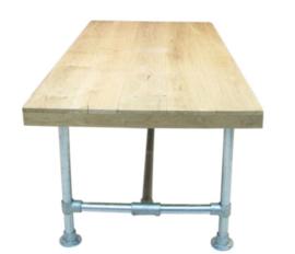 Tafel gemaakt met een blad van eikenhout en een onderstel van steigerbuis afm L130xB100cm (voorraad magazijn artikel)