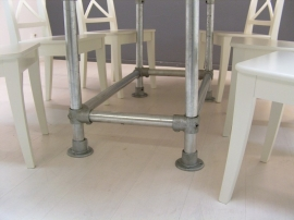 Ovale tafel met steigerbuis onderstel en steigerhouten blad white wash afm: L190xB190cm (voorraad magazijn artikel)