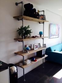 Wandmeubel met 4 planken van steigerhout met steigerbuis