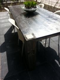 Tafel van steigerhout in blackwash met poten door het blad