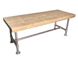 Tafel gemaakt met een blad van oud steigerhout en een onderstel van steigerbuis afm L100xB80cm (voorraad magazijn artikel)