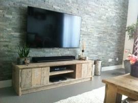 Tv meubel van oud steigerhout met 2 deurtjes en schap