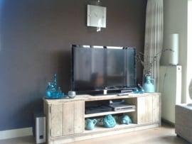 Tv meubel van steigerhout met 2 deurtjes en schap