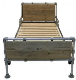 1-eenpersoonsbed van steigerbuis & oud steigerhout (STBO)