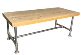Tafel gemaakt met een blad van douglas en een onderstel van steigerbuis afm L200xB90cm (voorraad magazijn artikel)