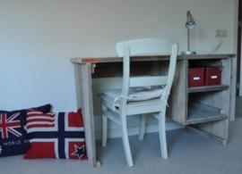 Montage bij een bureau met onderhangend kastje