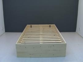 Bed van nieuw steigerhout met planken op zijn kant